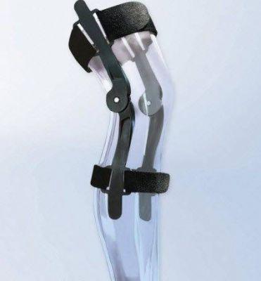 Scharnieren van de kniebrace