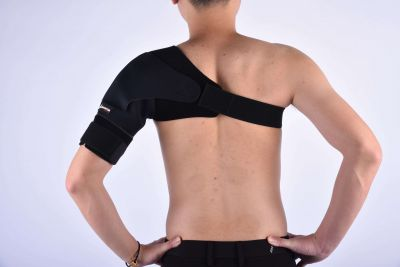 Gladiator sports premium lichtgewicht schouderbrace van achteren gefotografeerd