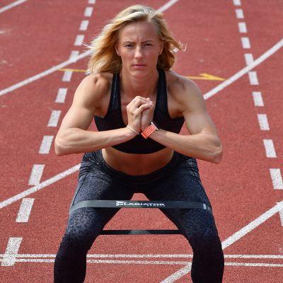 gladiator sports weerstandsbanden vrouw hurkend