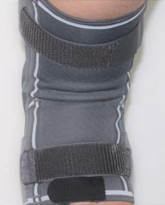 Achterkant scharnier kniebrace in gebogen stand
