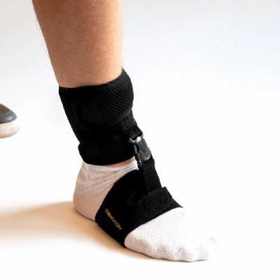 novamed klapvoet brace shoeless accessoire gedragen om voet met sok aan