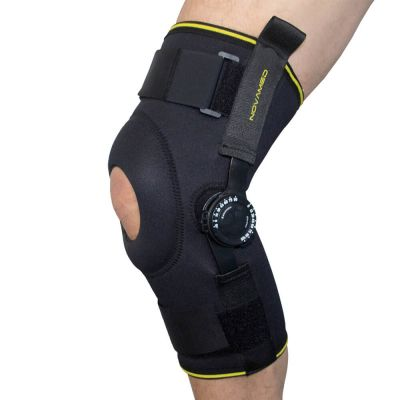 novamed kniebrace met instelbare scharnieren om rechterknie gedragen