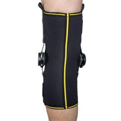 novamed kniebrace met instelbare scharnieren achterkant gefotografeerd