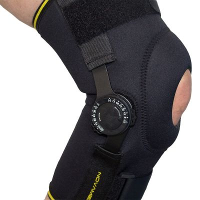 novamed kniebrace met instelbare scharnieren met knie gebogen en scharnieren ingesteld