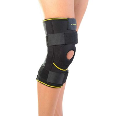 novamed kniebrace met scharnieren gedragen om rechterknie