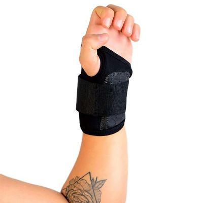 novamed polsbrace sport werk brace om linkerhand hand omhooggehouden