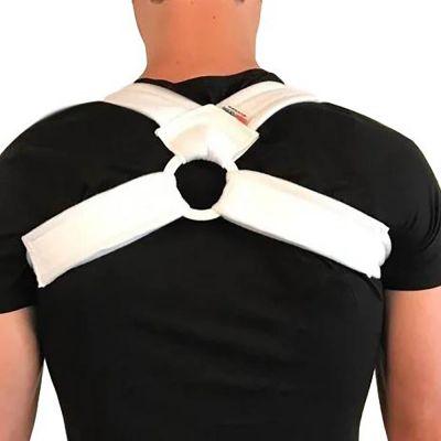 super ortho houding corrector sleutelbeenbrace rugrechthouder over shirt gedragen van achteren gefotografeerd