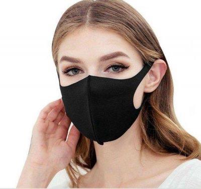 wasbaar mondkapje gedragen door vrouw